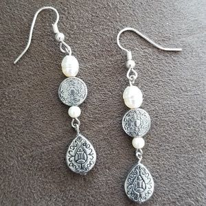 💝 Silver-tone and white pearlized bead earrings